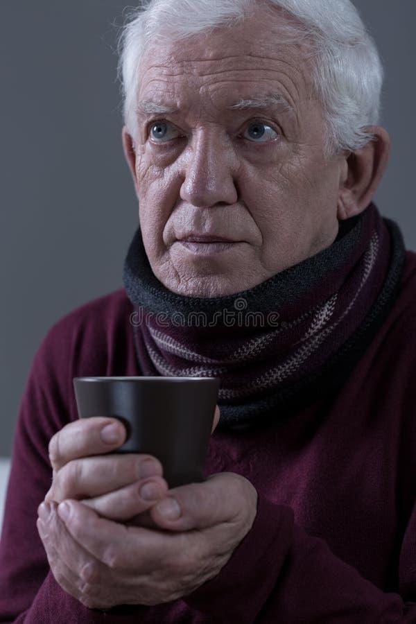 Senior z grypą obrazy stock