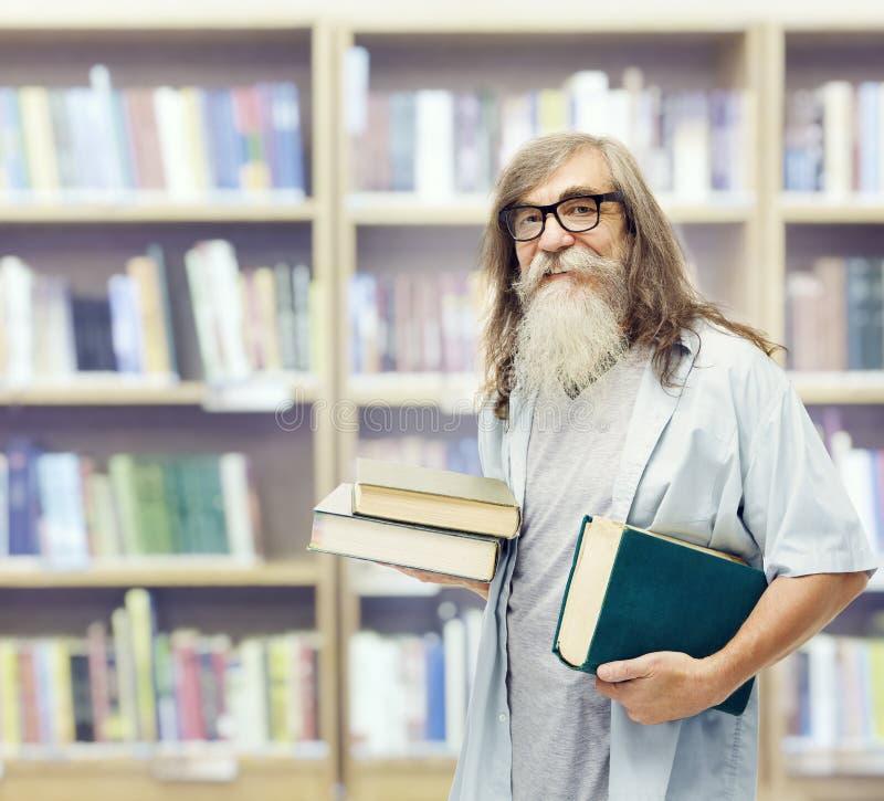 Senior z książek szkłami, Studencka stary człowiek edukacja w bibliotece zdjęcia stock