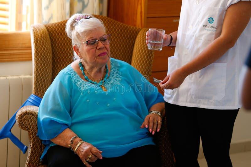 Senior z pielęgniarką na karmiącym domu w Mallorca fotografia stock