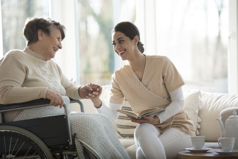 Seniora i pielęgniarki ono uśmiecha się fotografia stock