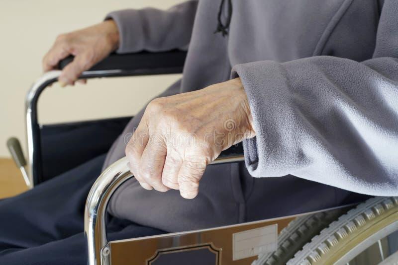 Seniora lub starsza osoba mężczyzny pacjent na wózku inwalidzkim fotografia stock