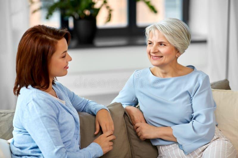 Seniora macierzysty opowiadać dorosła córka w domu zdjęcia stock