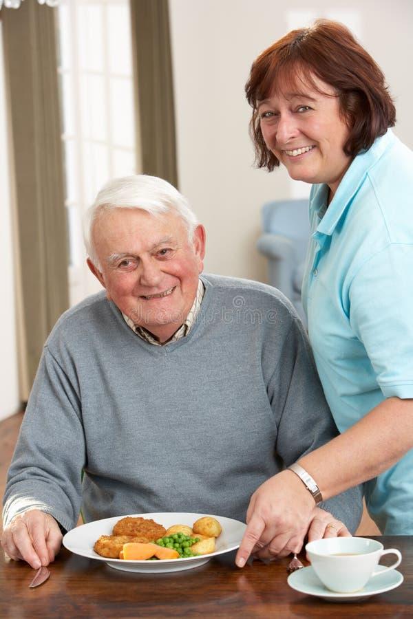 seniorem być opiekunu mężczyzna posiłku słuzyć zdjęcie stock