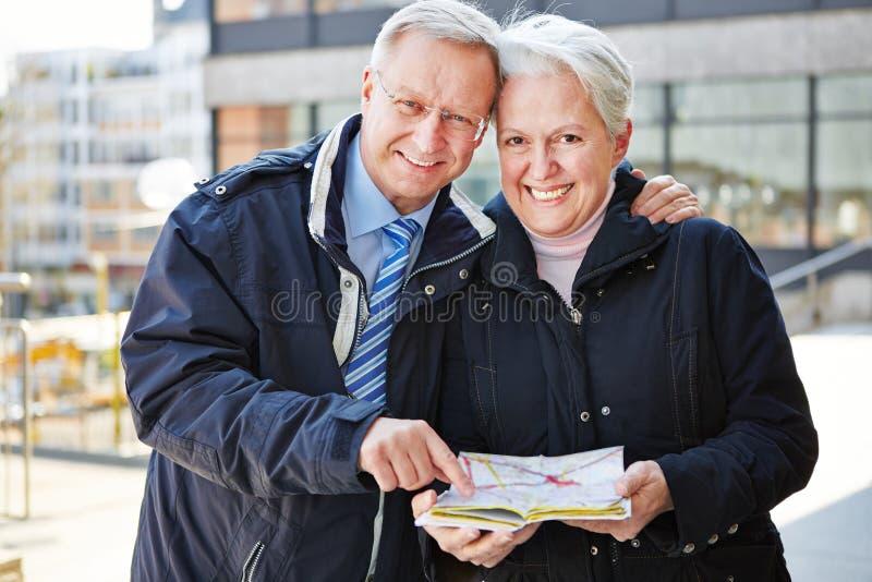 Senioren auf Stadtreise mit Karte lizenzfreie stockfotos