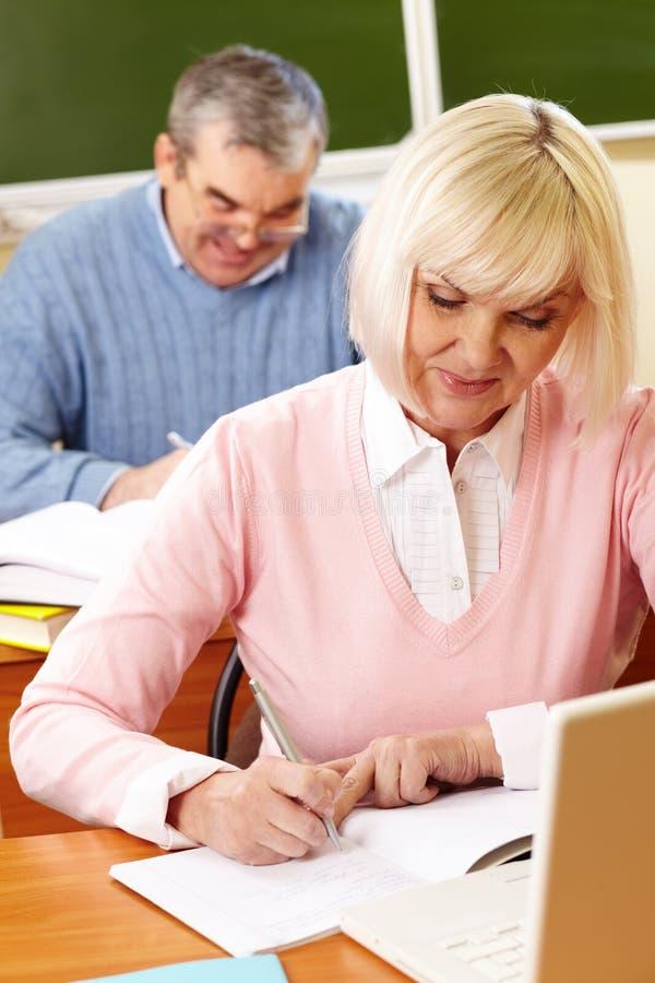 Senioren an der Lektion lizenzfreie stockfotografie