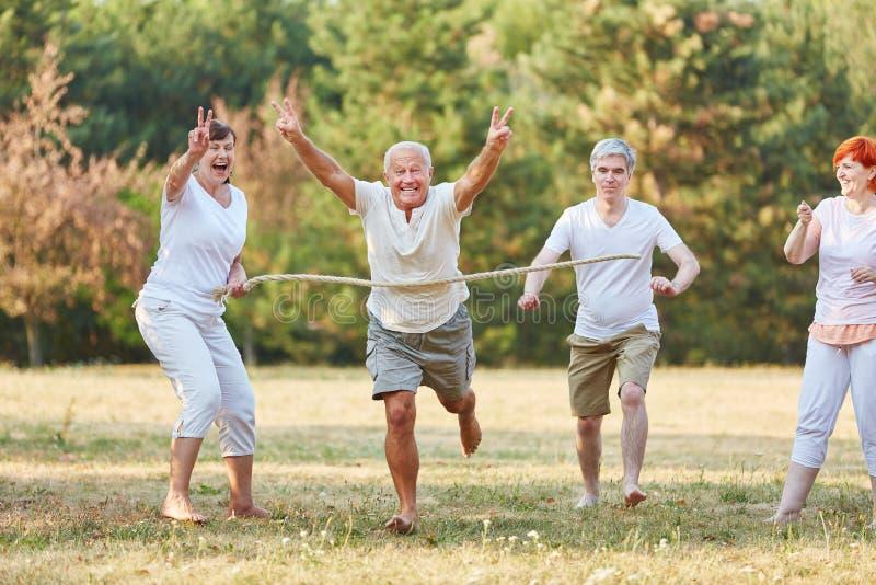 Senioren, die das laufende Rennen gewinnen stockfoto