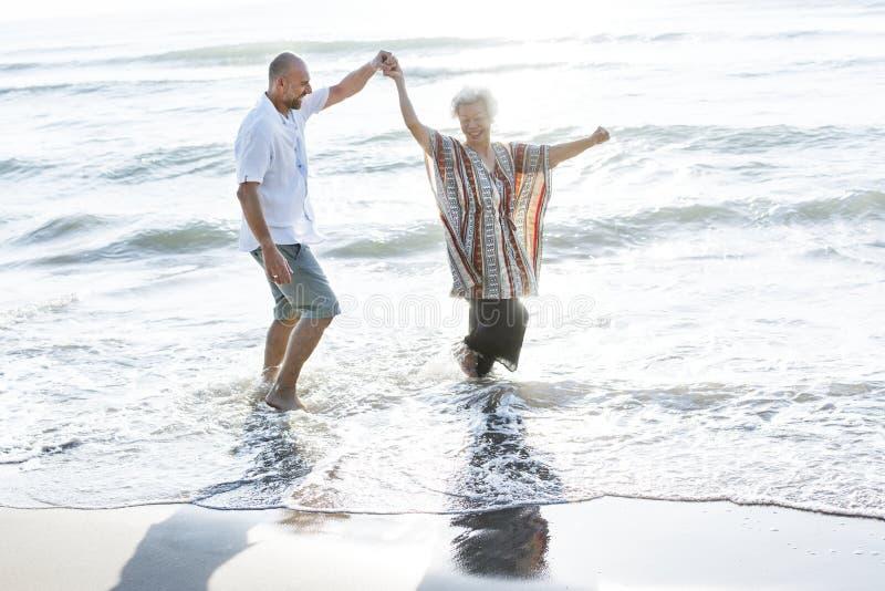 Senioren, die einen tropischen Strand genießen stockbilder