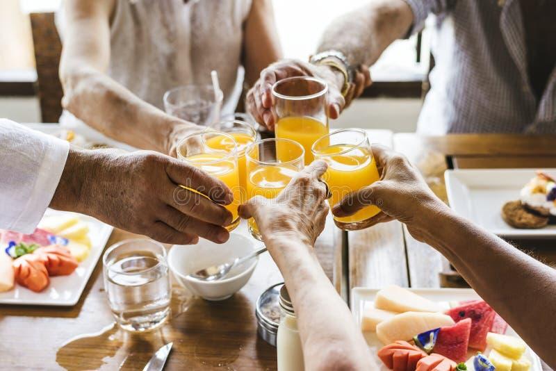 Senioren, die Frühstück im Hotel genießen stockfotografie
