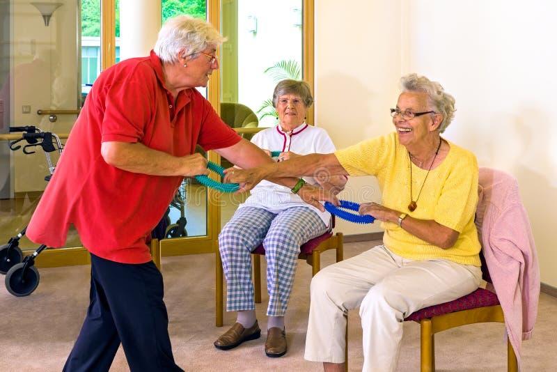 Senioren, die mit Widerstandbändern arbeiten stockbilder