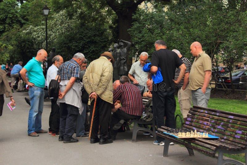 Senioren, die Schach Sofia City Garden Bulgaria spielen lizenzfreie stockfotografie