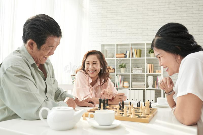 Senioren, die Schach spielen stockbilder
