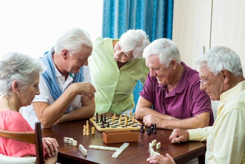 Senioren, die Spiele spielen stockfotografie
