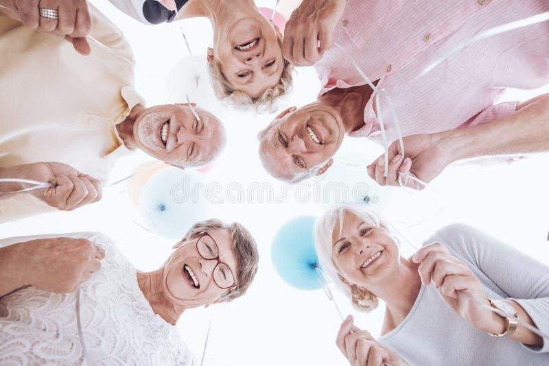Senioren, die unten schauen lizenzfreies stockbild