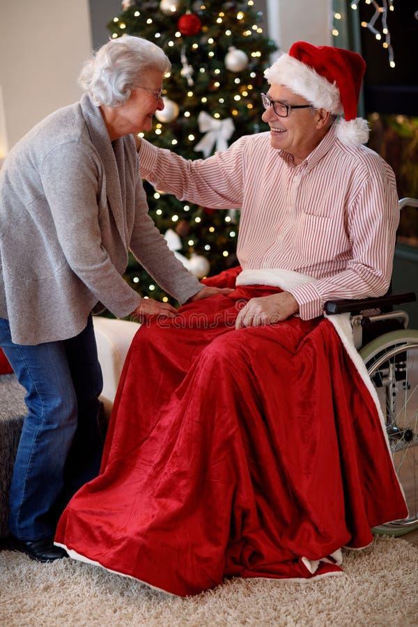 Senioren, die Weihnachten - reizendes älteres Paar feiern lizenzfreie stockbilder
