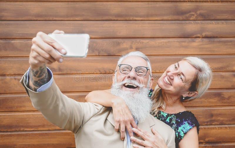 Senioren Lachen Und Nehmen Sich Selbst Mit Handy