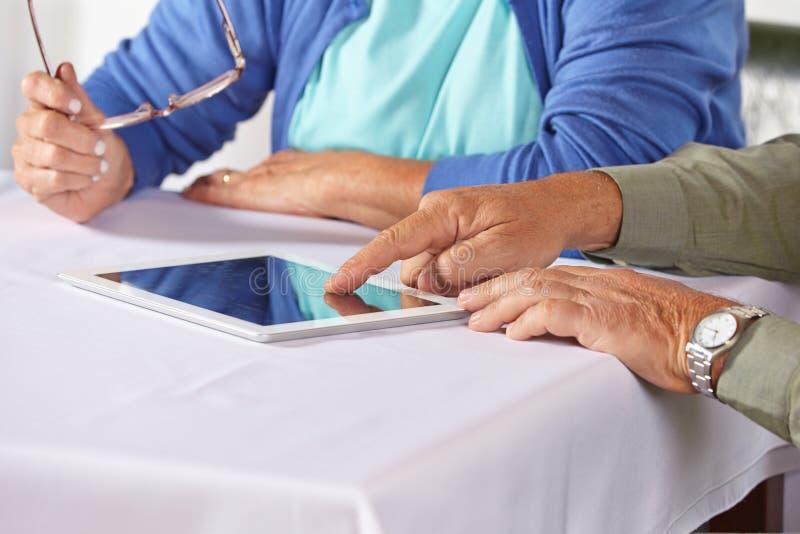 Senioren mit Tablettecomputer stockfotos