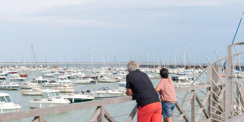 Seniorenpaar, die in einem Webbanner-Vorlagenkopf in Jard sur Mer in Vendee (Frankreich) auf einem Pilotenboot suchen stockfoto
