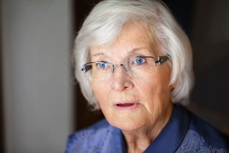 Seniorin semblant choqué photographie stock libre de droits