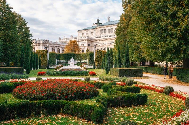 Seniorpaar geht in das Volksgarten in Wien, Österreich lizenzfreie stockfotografie