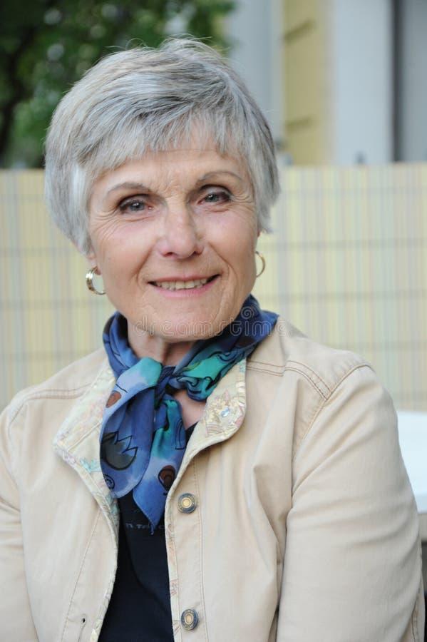Seniorportrait - 70-Jahr-attraktive Frau Stockfoto - Bild