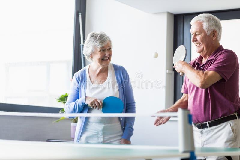 Seniory bawić się ping-ponga zdjęcie stock