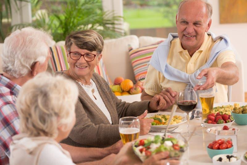 Seniory cieszy się kolację zdjęcie stock