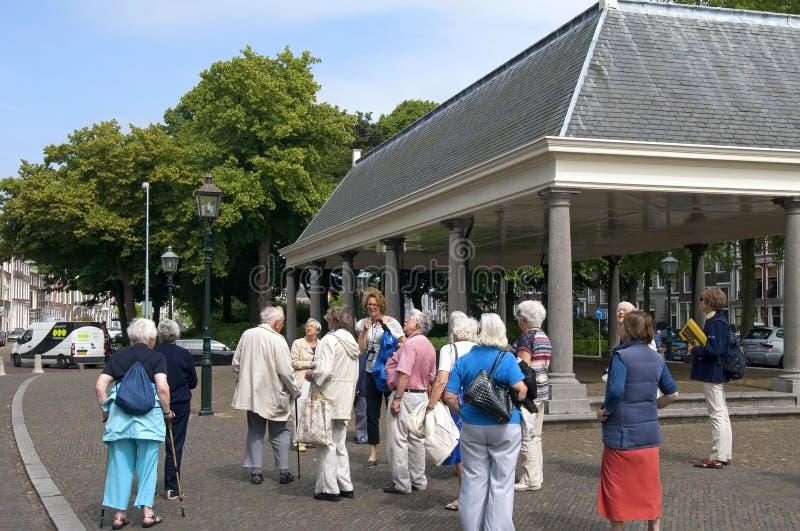 Seniory dostają przewodnika wycieczek w historycznym centrum Middelburg zdjęcie royalty free