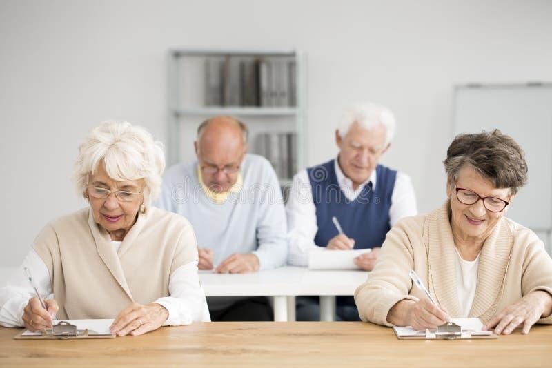 Seniory pisze tescie obrazy stock