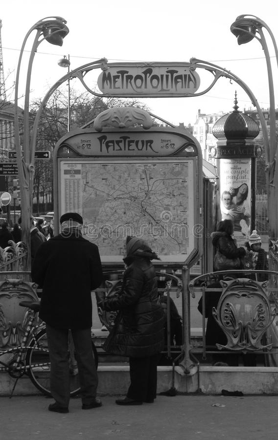 Seniory przy Pasteur stacją w Paryż obraz royalty free