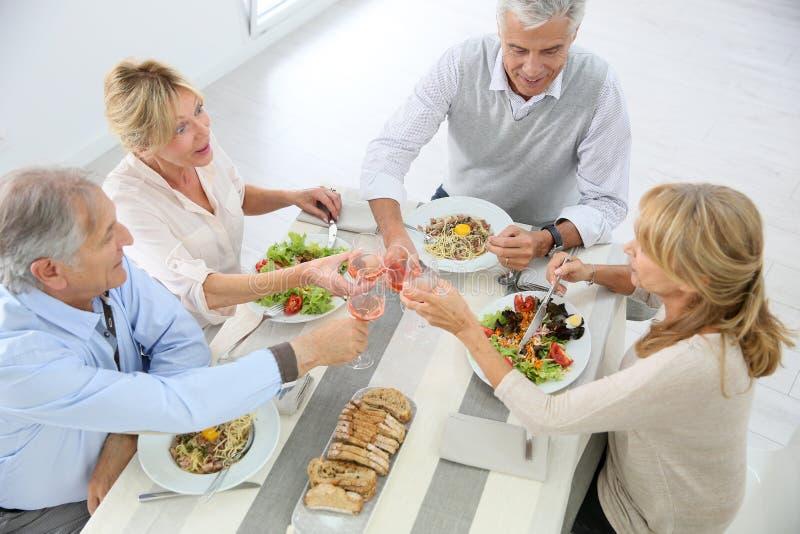 Seniory przy stołowym łasowanie lunchem fotografia royalty free
