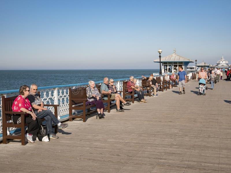 Seniory Relaksuje na Llandudno molu w Października świetle słonecznym fotografia stock