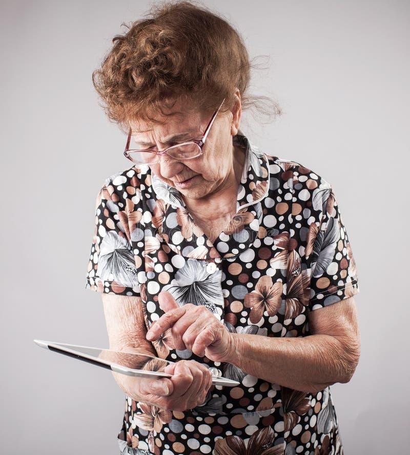 Seniory trzyma pastylkę w rękach obraz royalty free