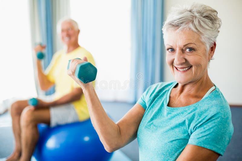 Seniory używa ćwiczenie ciężary i piłkę obrazy stock