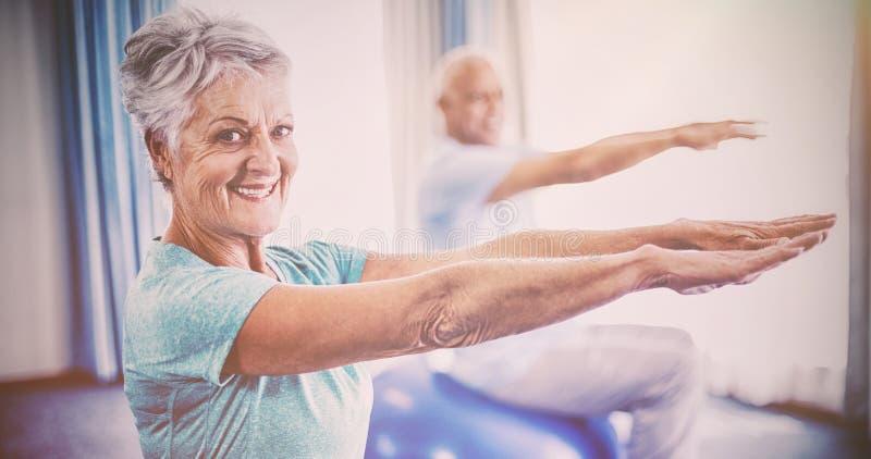 Seniory używa ćwiczenie piłkę obraz royalty free