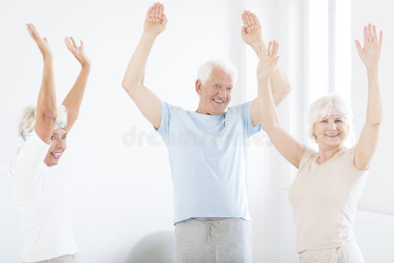 Seniory z rękami up zdjęcia royalty free