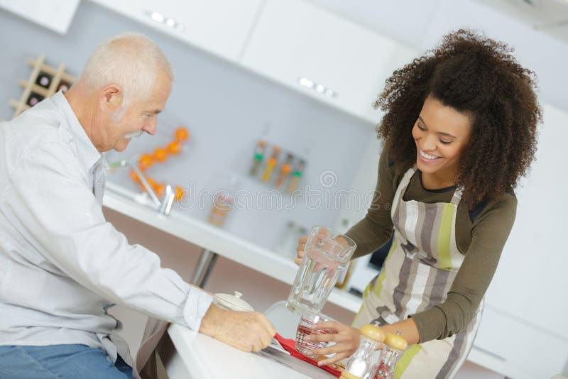 Senios die voedsel in verpleeghuis hebben stock foto