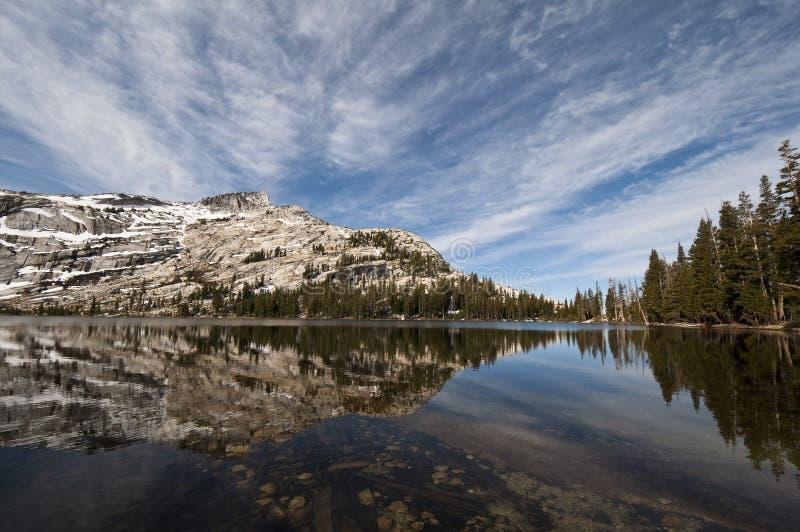 Senken Sie Cathedral See-Reflexion, Yosemite stockfotografie