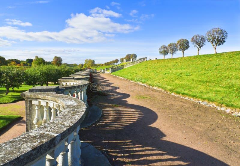 Senken Sie Park von Peterhof lizenzfreie stockbilder
