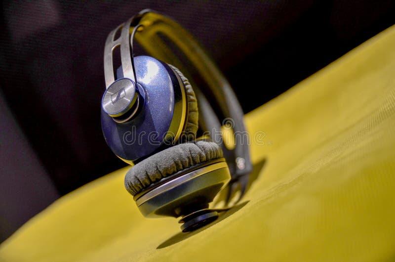 Sennheiser Momentun en el oído fotos de archivo libres de regalías