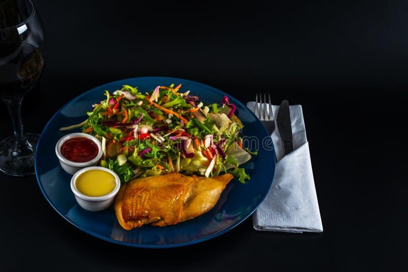 Seno di pollo arrosto con il preparato della lattuga e due salse, piatto blu fotografie stock