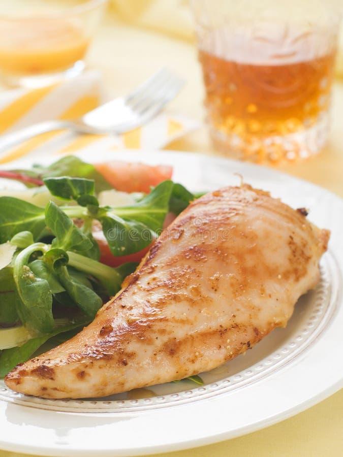 Seno di pollo con insalata immagine stock libera da diritti