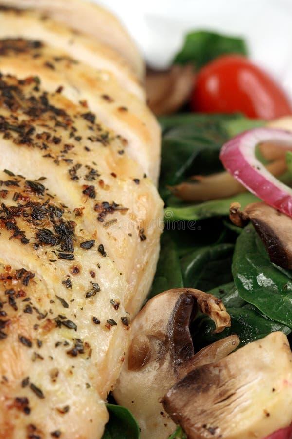 Seno di pollo cotto ed insalata mediterranea fotografia stock libera da diritti