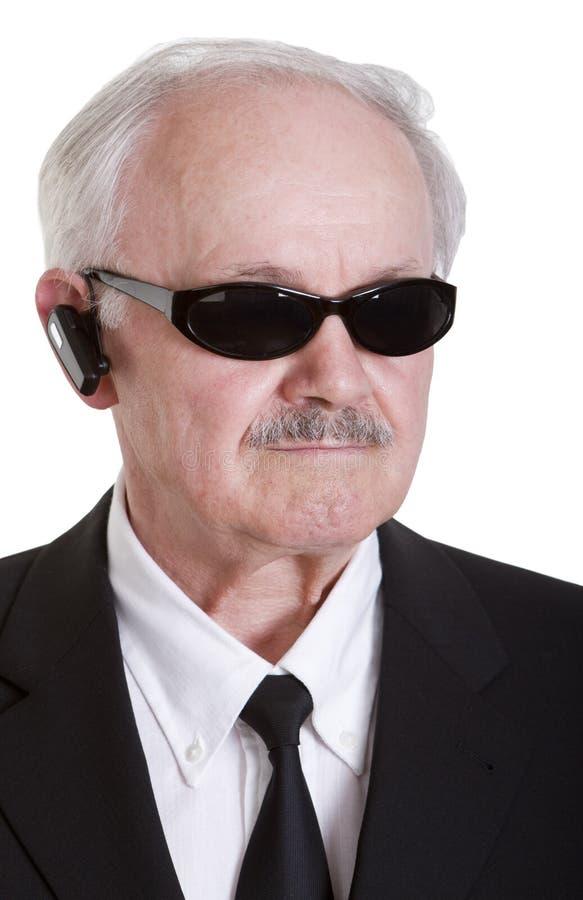 Senoir Geheimagent mit Kopfhörer stockfotos