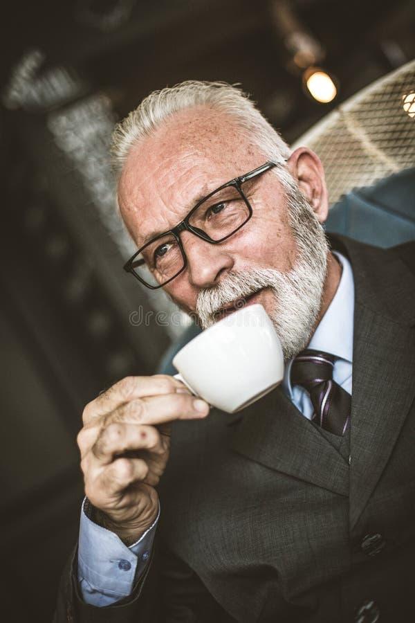 Senor biznesmen pije kawę uspokój się razem obraz stock