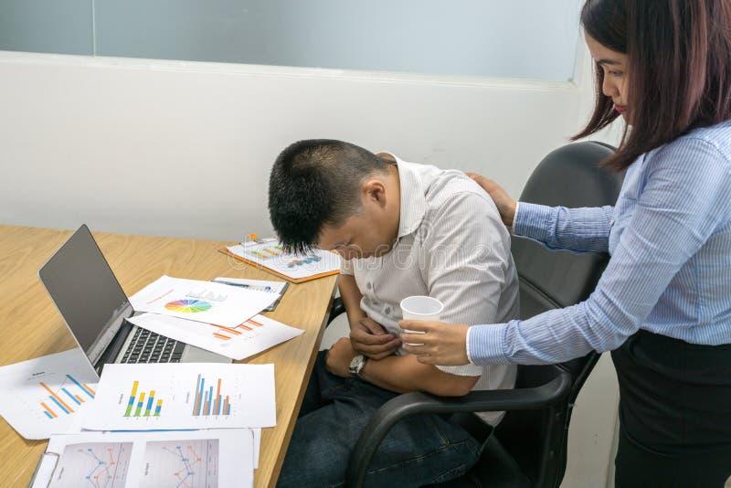 A sensação asiática do homem de negócios feriu na sala de reunião imagens de stock