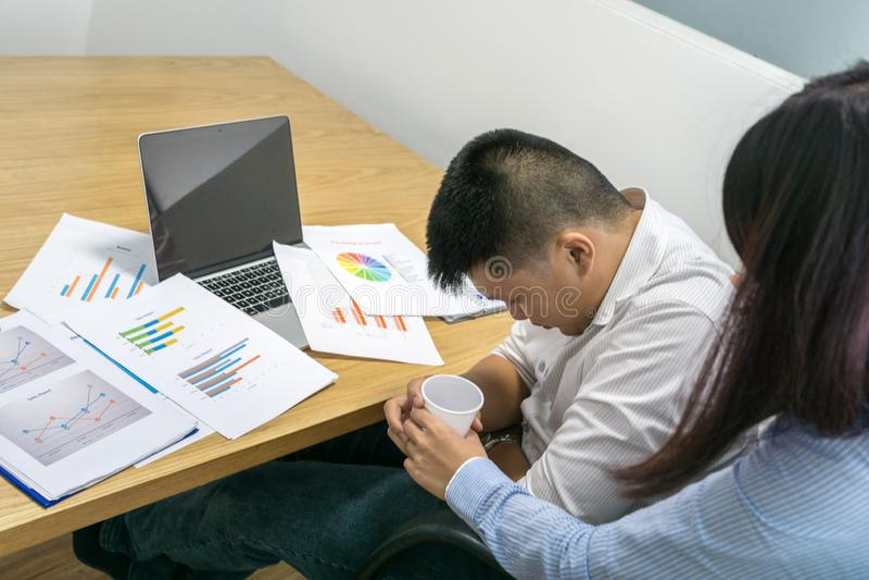 A sensação asiática do homem de negócios feriu no escritório imagem de stock royalty free