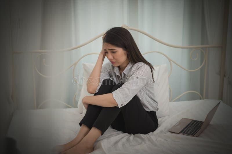 A sensação asiática nova da mulher de negócios forçou/preocupação/dor de cabeça/triste/grito d imagem de stock