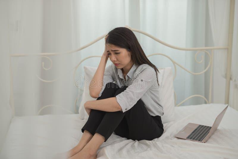 A sensação asiática nova da mulher de negócios forçou/preocupação/dor de cabeça/triste/grito d imagens de stock