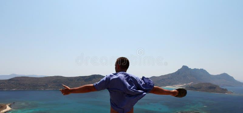 A sensação da liberdade de um homem com braços abre imagem de stock royalty free