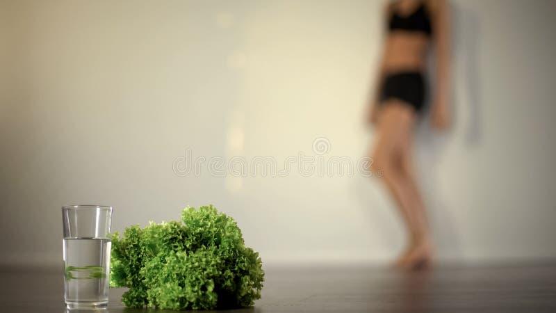 Sensación anoréxica enferma, dieta severa, falta de vitaminas, enfermedad mental de la mujer fotografía de archivo